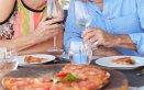 coppia felice pizza mangiare riconciliarsi