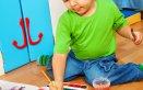 bambina mentre disegna