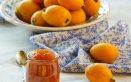 Conserve di frutta primaverili confettura di nespole