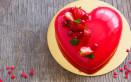 torte a forma di cuore decorate con fragole, torte decorate con fragole