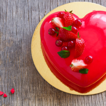 torte a forma di cuore decorate con fragole, torte decorate con fragole