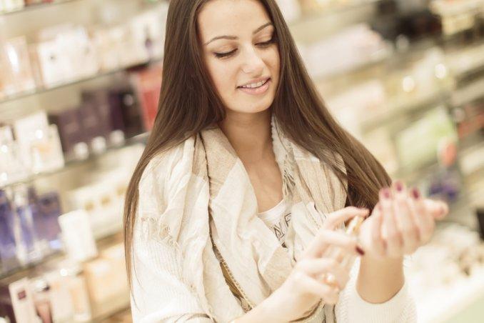 in profumeria è facile perdere il controllo davanti alle bottigliette di profumo