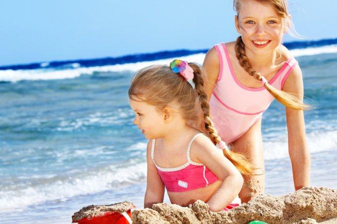 giovani sorelle al mare