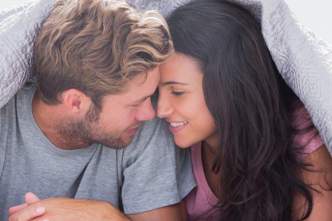 amore coppia letto coccole