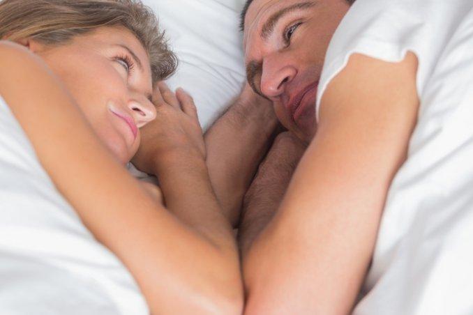 coppia letto sesso amore
