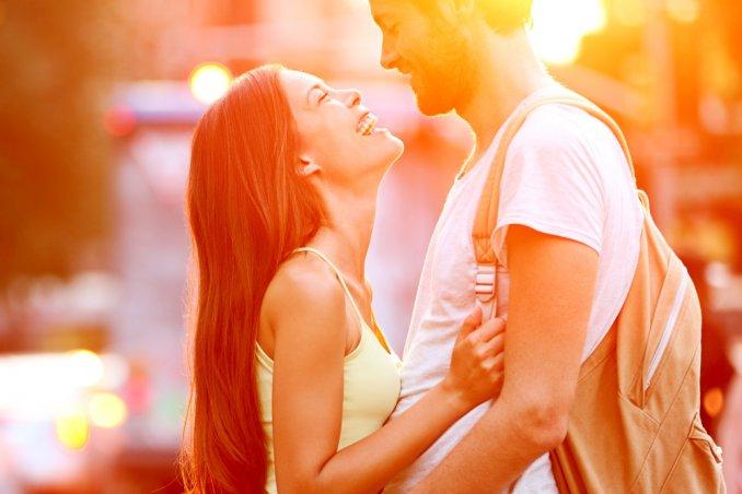 coppia felicità passione bacio abbraccio