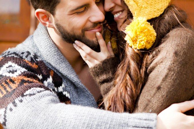 inverno coppia innamorata coccole
