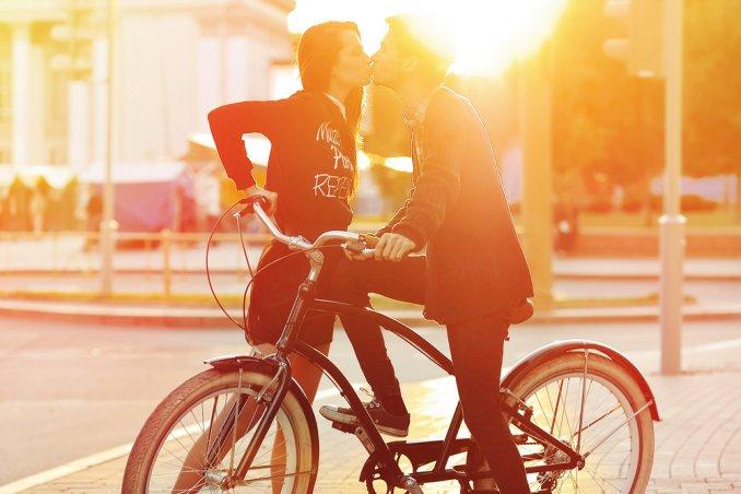 bacio tramonto amore coppia