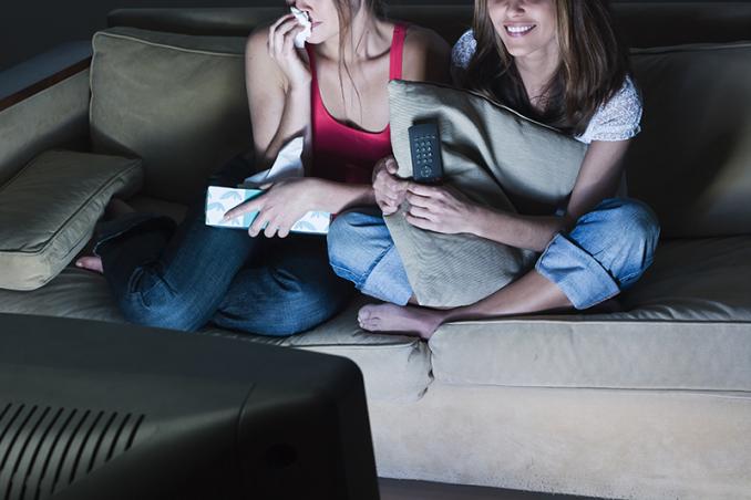 Amiche guardano una commedia romantica alla tv