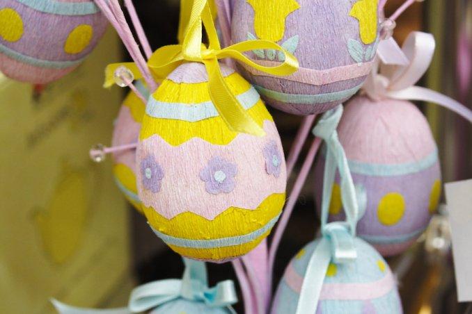 Uova di pasqua fai da te rivestite con carta vegetale idee per bambini