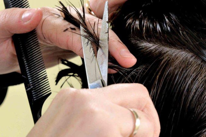 Taglio dei capelli con la luna