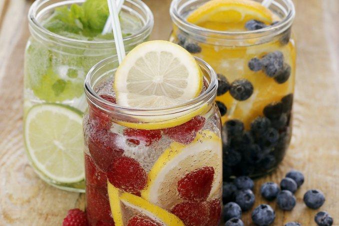 Acqua di frutta e acque aromatizzate per l'estate