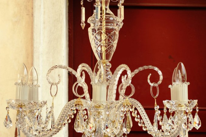 Pulizia dei lampadari con gocce di cristallo donnad