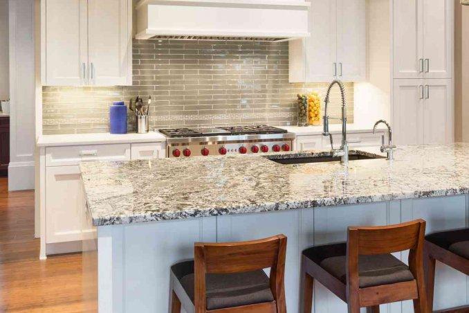 Come pulire il piano della cucina in quarzo: guida | DonnaD