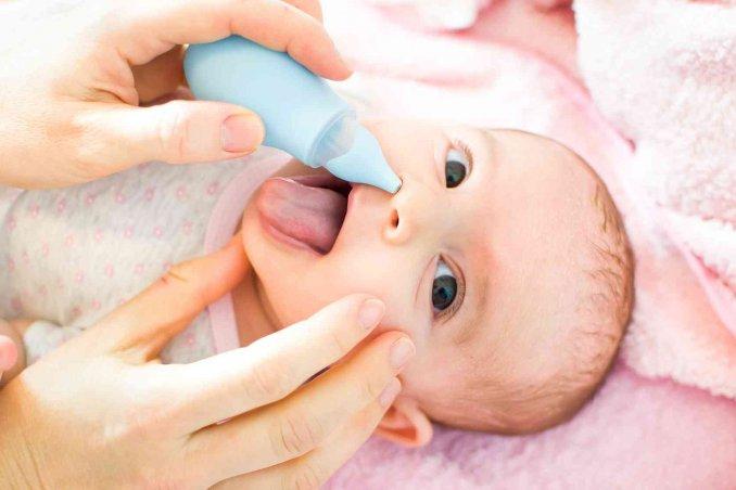 Come pulire il naso al neonato con la soluzione fisiologica