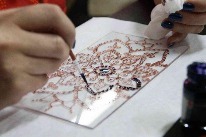 Come dipingere e decorare il vetro e la vetroresina