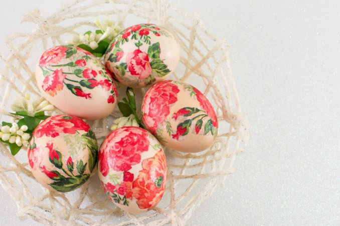 Come decorare le uova di pasqua con il decoupage facile donnad - Decorazioni uova pasquali per bambini ...