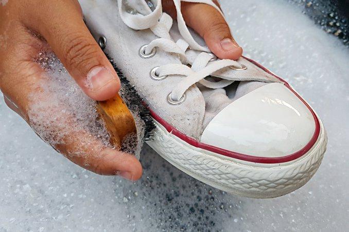 finest selection d8ed2 a9a76 Come pulire le scarpe bianche eliminando ogni macchia | DonnaD