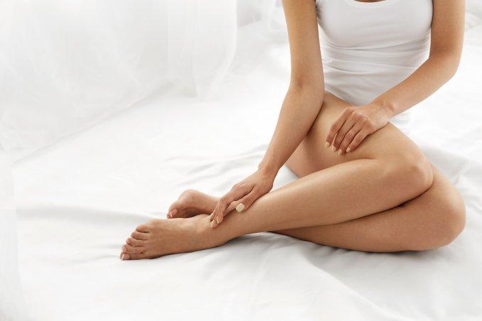 Gambe pesanti e stasi venosa, i rimedi naturali per alleggerirci dal problema