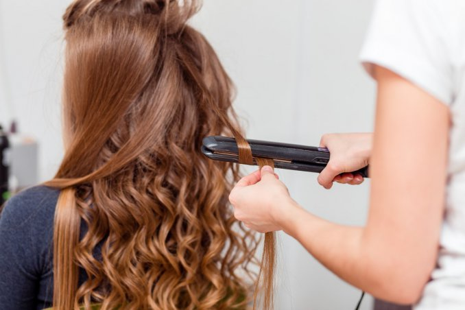 Come stirare i capelli corti con la piastra