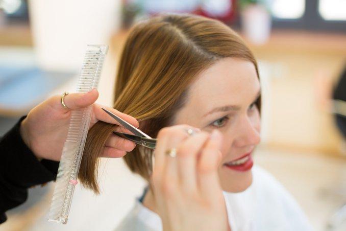 Tecnica per tagliare i capelli corti