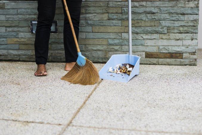 Come pulire il pavimento poroso con facilità donnad