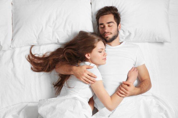 Posizioni Per Dormire In Coppia.Amore Duraturo Le Posizioni In Cui Dormire Svelano Il