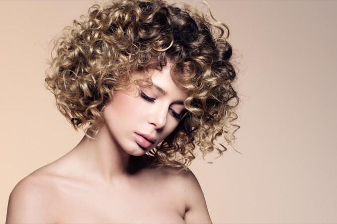 Come arricciare i capelli corti in modo naturale