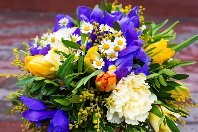 Mazzo Di Fiori Con Mimose.9 Bouquet Da Incanto Donnad