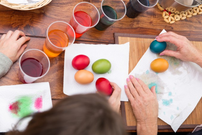 come colorare uova pasqua con metodi naturali, colorare uova