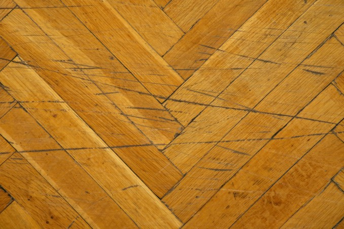 pavimento legno come riparare, pavimento legno graffi, pavimento legno buchi