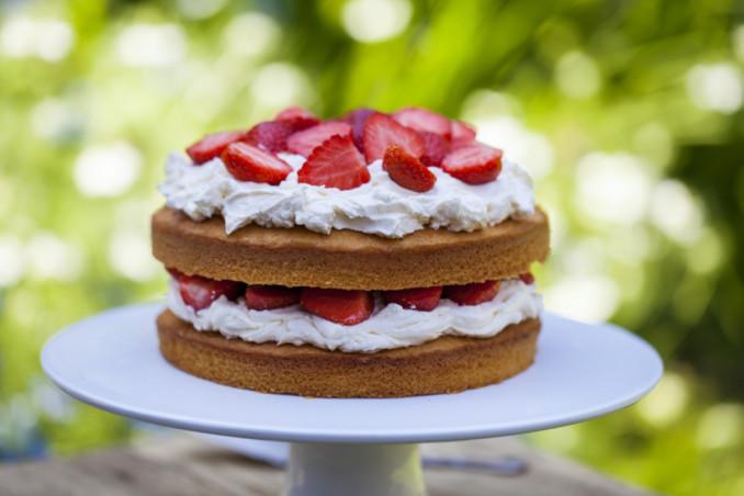festa della mamma, torta alla crema, fragole e panna