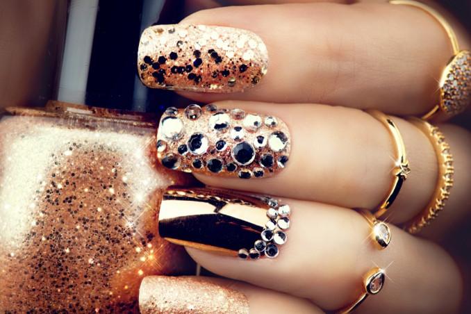nail art luminose, brillantini e strass, decorazione unghie