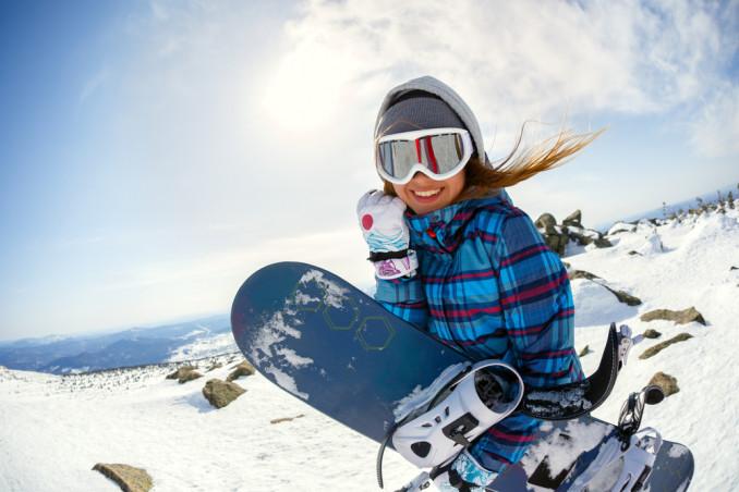 Donna con snowboard