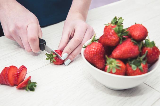 come tagliare le fragole per decorare torta, come tagliare fragole per decorare