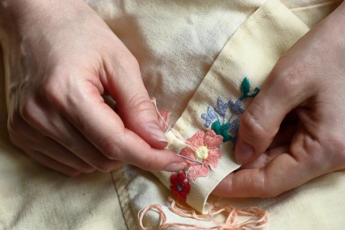 ricamare fiore buco, rammendo creativo, ricamare fiore