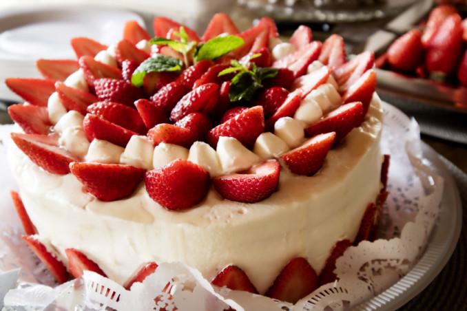 torte decorate con fragole, decorazioni fragole torta