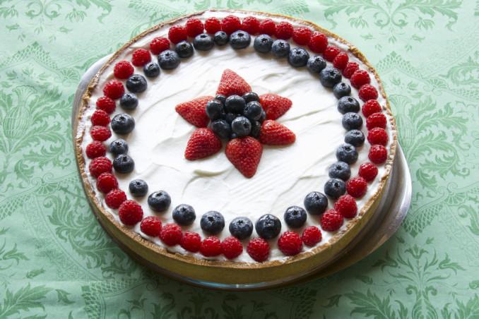 decorare crostata con frutti di bosco, decorazione crostata frutti di bosco