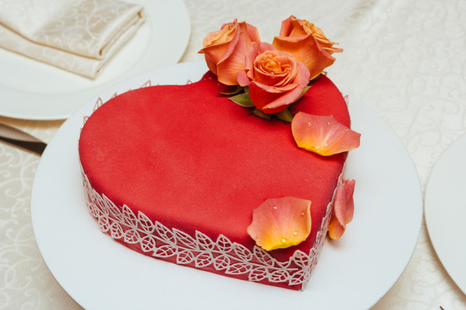 torte a forma di cuore decorate con fiori freschi, torte a forma di cuore